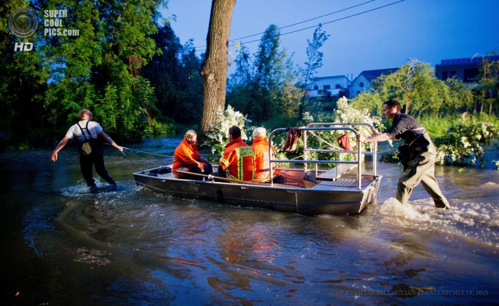 Германия. Брауншвейг, Нижняя Саксония. 27 мая. Наводнение вследствие проливных дождей. (EPA/ИТАР-ТАСС/JULIAN STRATENSCHULTE)