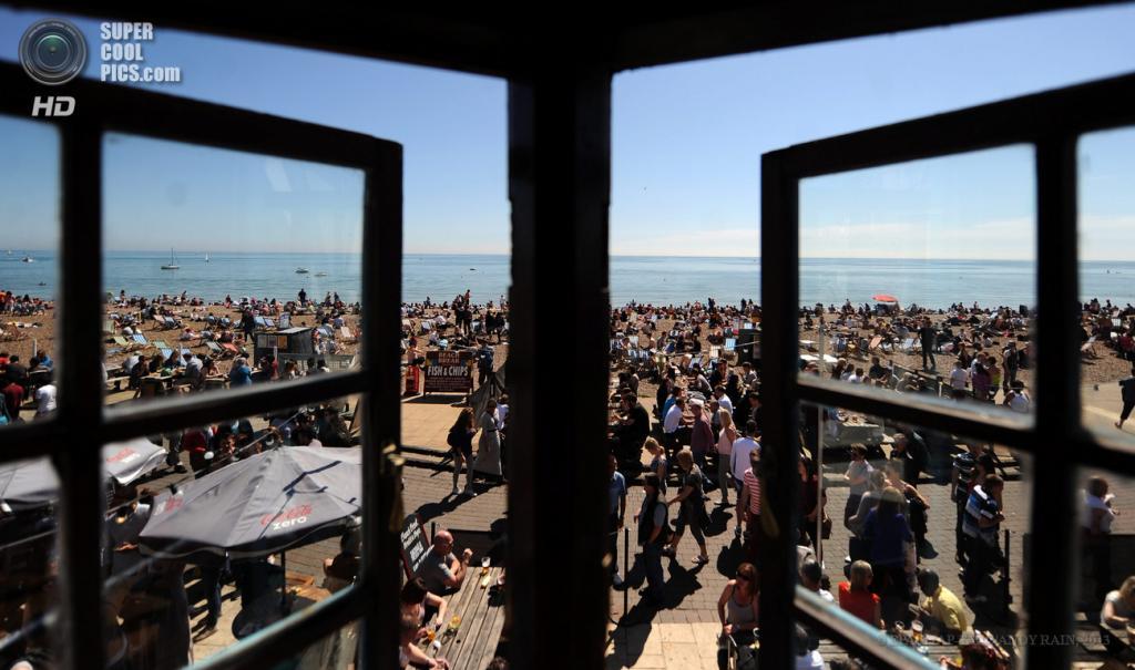 Великобритания. Брайтон, Англия. 6 мая. Британцы отдыхают на пляже в «самый жаркий день года», как заявили местные метеорологи. (EPA/ИТАР-ТАСС/ANDY RAIN)