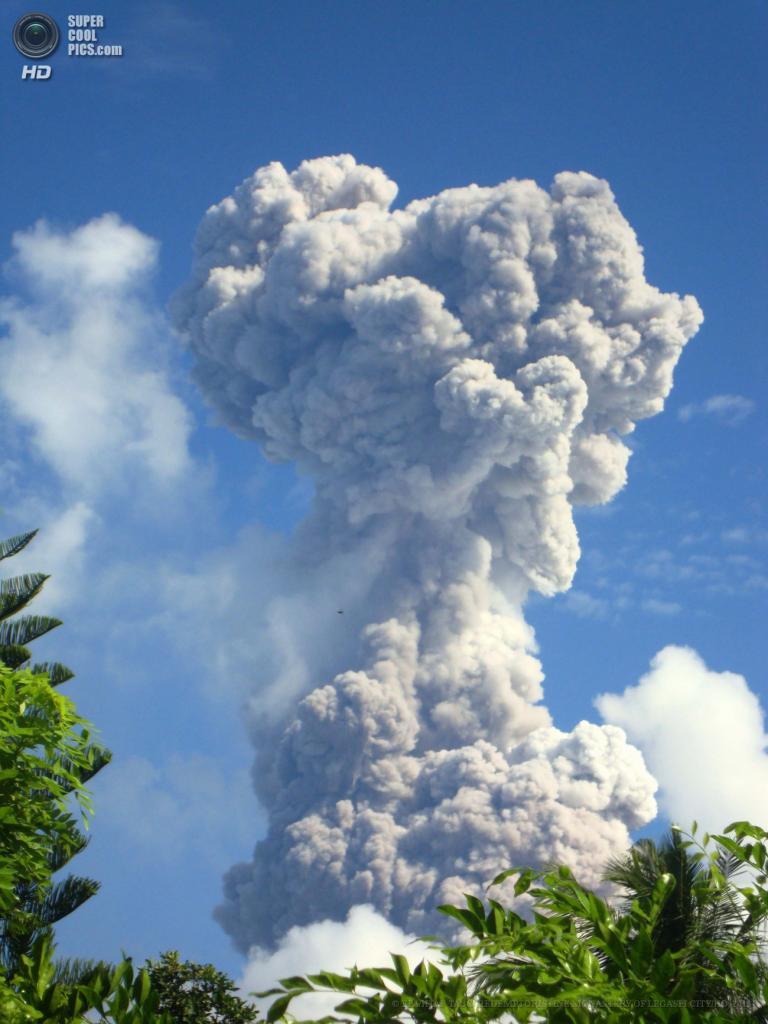 Филиппины. Легаспи, Албай. 7 мая. Во время фреатического извержения вулкана Майон. (EPA/ИТАР-ТАСС/ REDEMPTORISTINE MONASTERY OF LEGASPI CITY/HO)