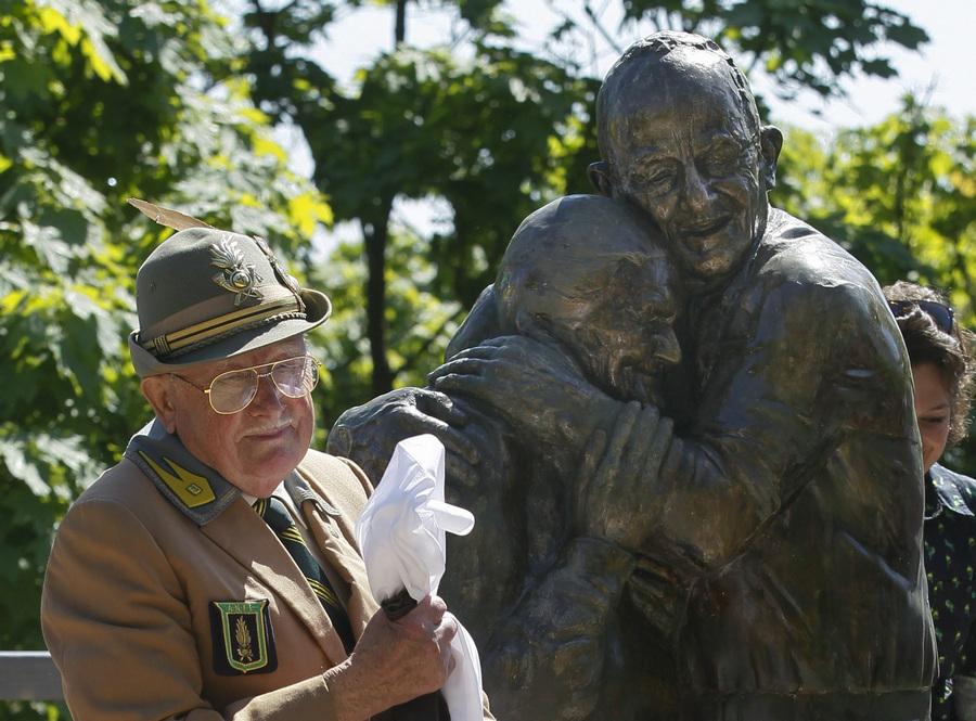 В Киеве открылся памятник, посвященный вечной любви и верности (3 фото)