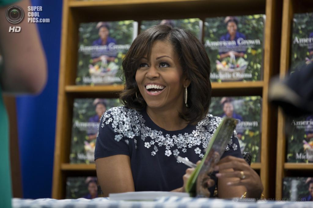 США. Вашингтон. 7 мая. Мишель Обама подписывает свою книгу для одной из почитательниц. (EPA/ИТАР-ТАСС/JIM LO SCALZO)