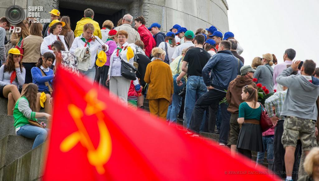 Германия. Берлин. 8 мая. Возле памятника советскому воину-освободителю во время празднования 68-й годовщины окончания Второй мировой войны. (EPA/ИТАР-ТАСС/HANNIBAL HANSCHKE)