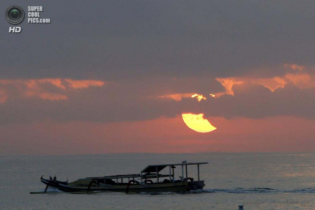 Индонезия. Санур, Бали. 10 мая. Солнечное затмение. (EPA/ИТАР-ТАСС/MADE NAGI)