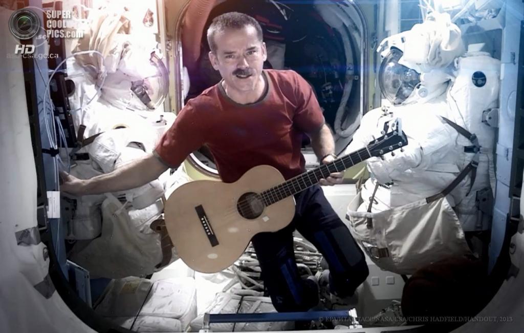 МКС. Астронавт Крис Хэдфилд во время съемки видеоклипа на песню Дэвида Боуи. (EPA/ИТАР-ТАСС/NASA/CSA/CHRIS HADFIELD/HANDOUT)