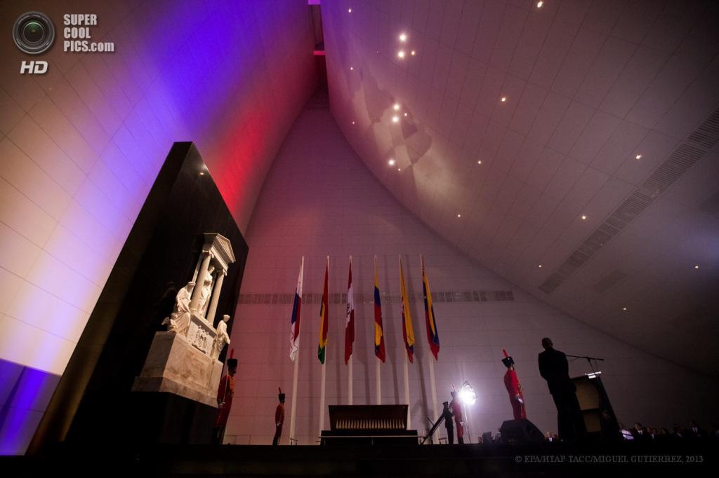 Венесуэла. Каракас. 14 мая. На церемонии открытия мавзолея Симона Боливара. (EPA/ИТАР-ТАСС/MIGUEL GUTIERREZ)