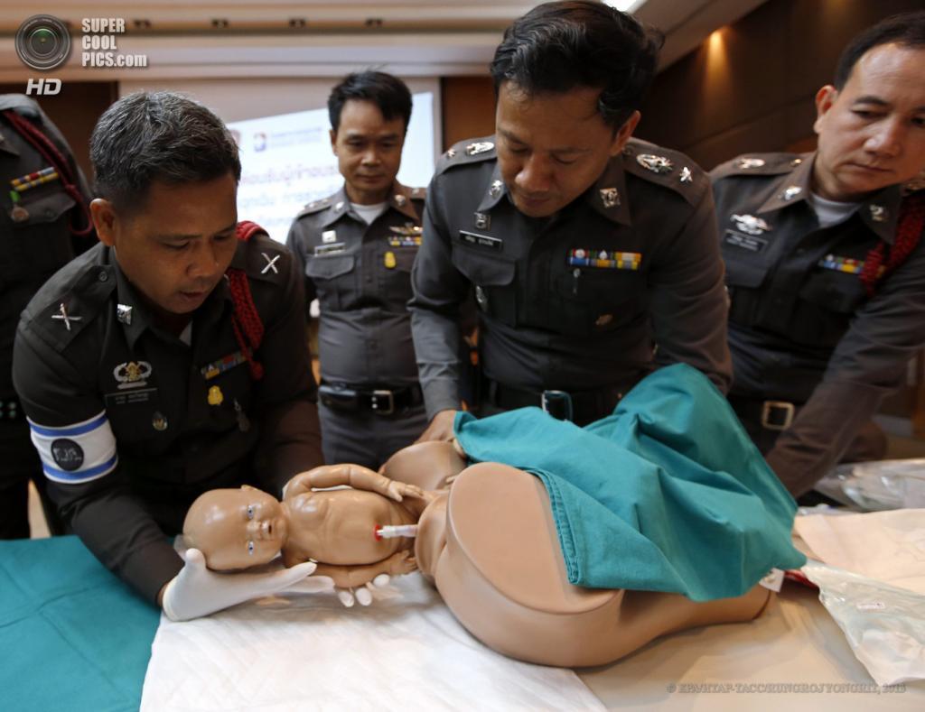 Таиланд. Бангкок. 15 мая. Во время учений тайской полиции по оказанию экстренной помощи при родах. (EPA/ИТАР-ТАСС/RUNGROJ YONGRIT)