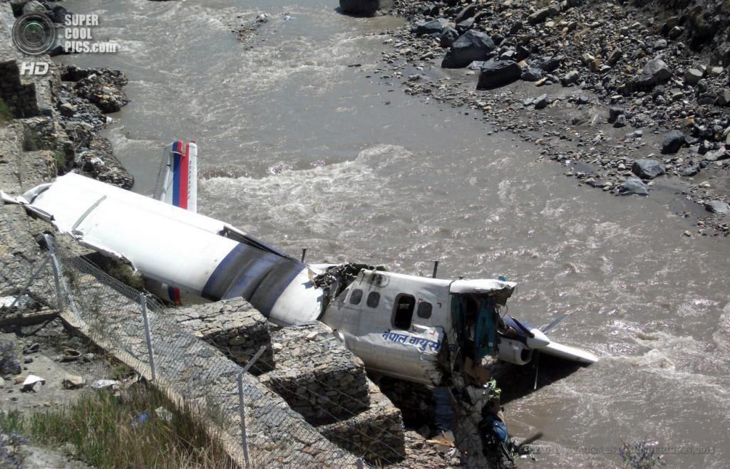 Непал. Джомсон, Мустанг. 16 мая. На месте крушения легкомоторного самолета De Havilland Canada DHC-6 Twin Otter авиакомпании Nepal Airlines с туристами на борту. (EPA/ИТАР-ТАСС/SANTOSH SHERCHAN)