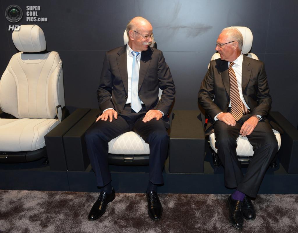 Германия. Гамбург. 15 мая. Председатель правления Daimler AG Дитер Цетше (слева) и председатель правления футбольного клуба «Бавария», легенда немецкого футбола Франц Беккенбауэр тестируют сидения нового седана Mercedes-Benz S-Class. (EPA/ИТАР-ТАСС/MARCUS BRANDT)