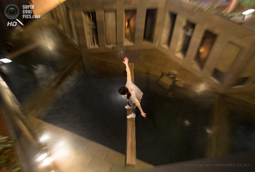 Япония. Хатиодзи, Токио. 17 мая. «Мост-доска» в музее оптических иллюзий Takao Trick Art Museum. (EPA/ИТАР-ТАСС/CHRISTOPHER JUE)