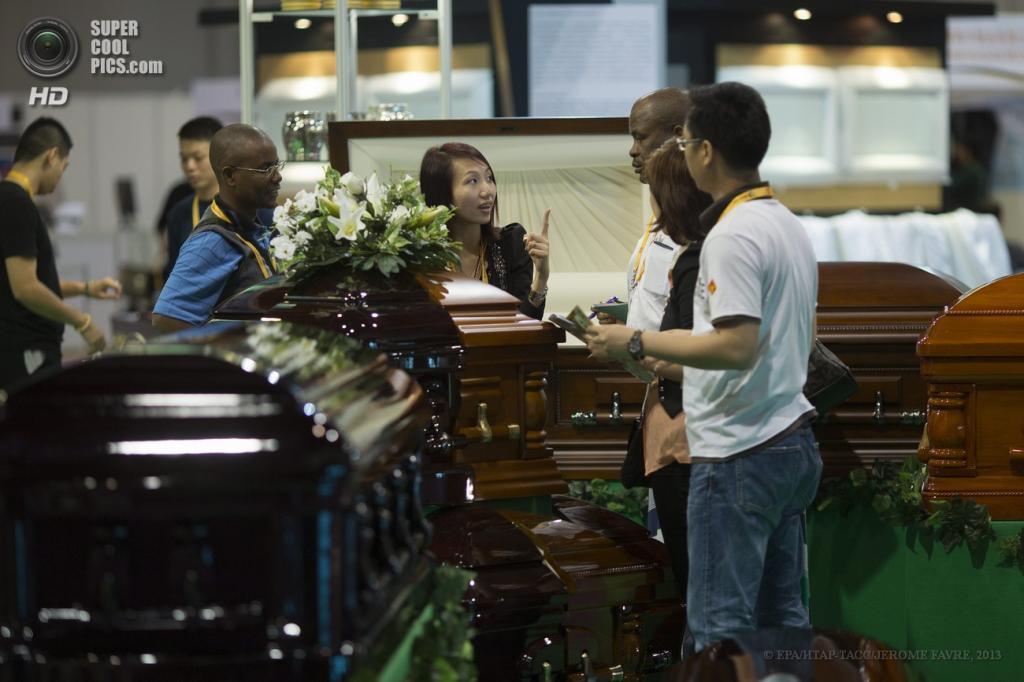 Китай. Гонконг. 18 мая. Во время Международной выставки ритуальных товаров и услуг. (EPA/ИТАР-ТАСС/JEROME FAVRE)