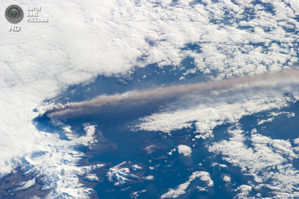 США. Аляска. 18 мая. Извержение вулкана Павлова, снятое с борта МКС. (EPA/ИТАР-ТАСС/NASA/HANDOUT)