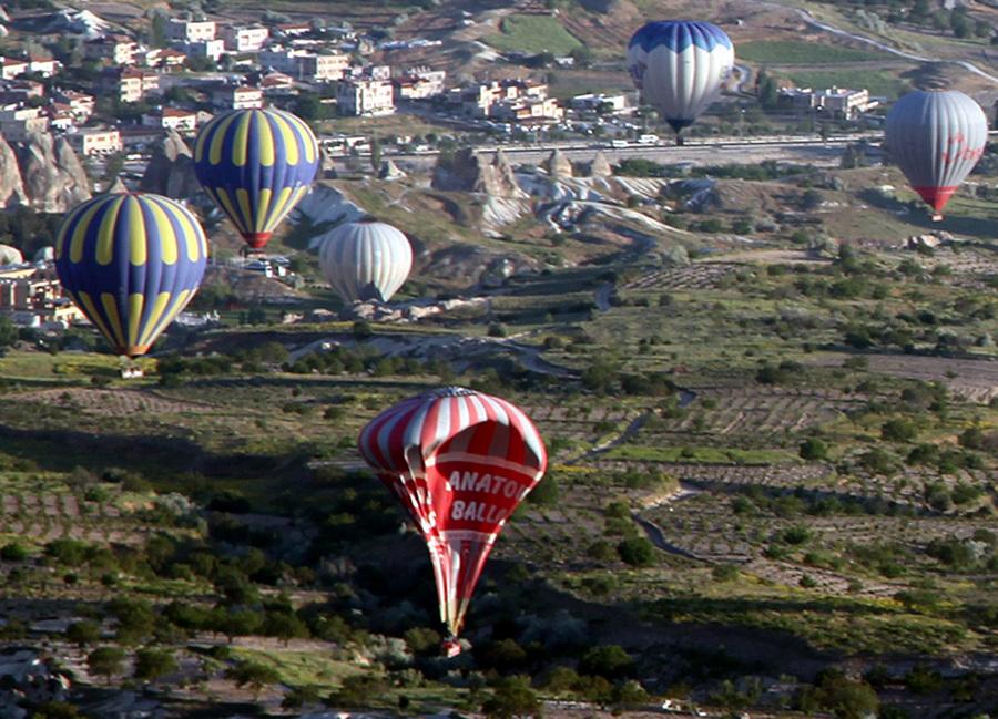 В результате падения воздушного шара с туристами в Турции погибли два человека