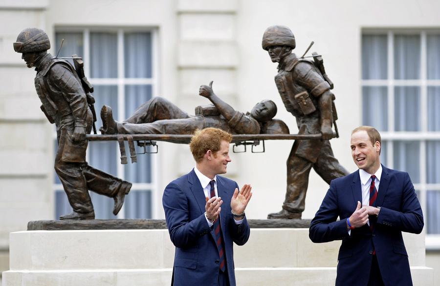 Принцы Уильям и Гарри на открытии реабилитационного центра для британских военнослужащих в Эндовере