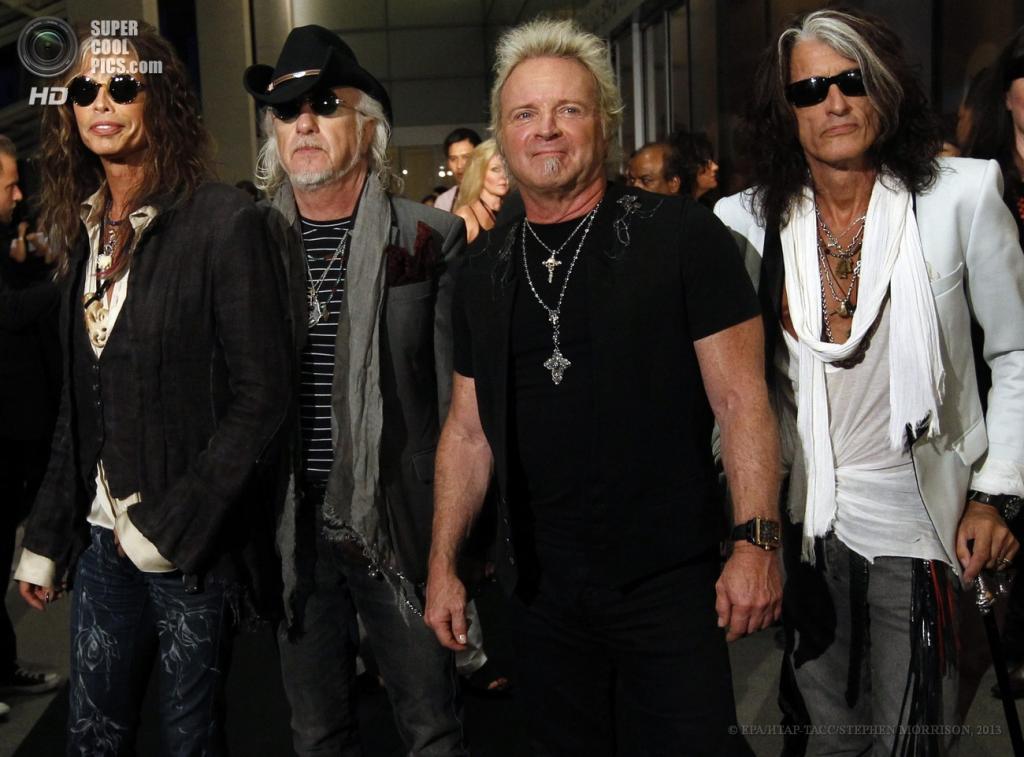 Сингапур. 23 мая. Участники рок-группы Aerosmith на 5-й церемонии вручения премии Social Star Awards. (EPA/ИТАР-ТАСС/STEPHEN MORRISON)