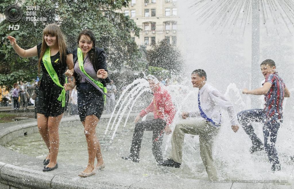 Украина. Киев. 24 мая. Во время традиционного купания киевских выпускников в фонтане на Майдане Незалежности. (EPA/ИТАР-ТАСС/SERGEY DOLZHENKO)