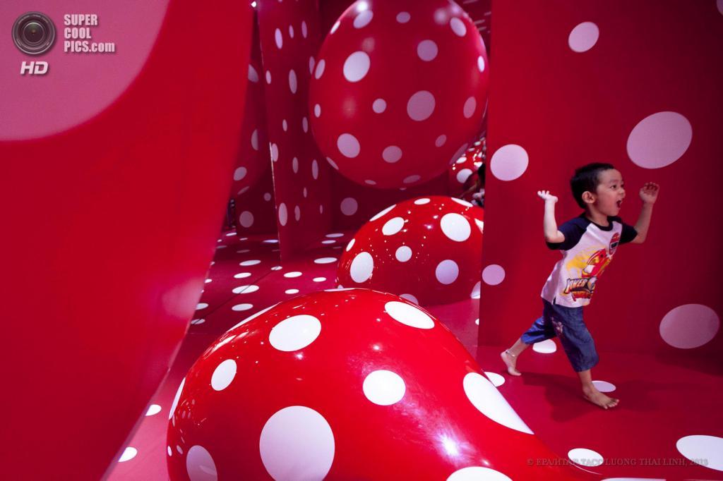 Вьетнам. Ханой. 28 мая. Дети играют внутри инсталляции на выставке японской художницы Яёй Кусамы «Obsessions». (EPA/ИТАР-ТАСС/LUONG THAI LINH)