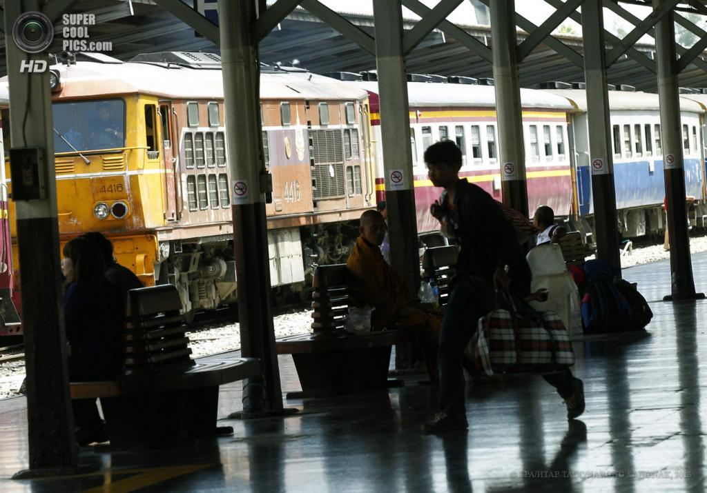 Таиланд. Бангкок. 28 мая. На главном железнодорожном вокзале. (EPA/ИТАР-ТАСС/NARONG SANGNAK)