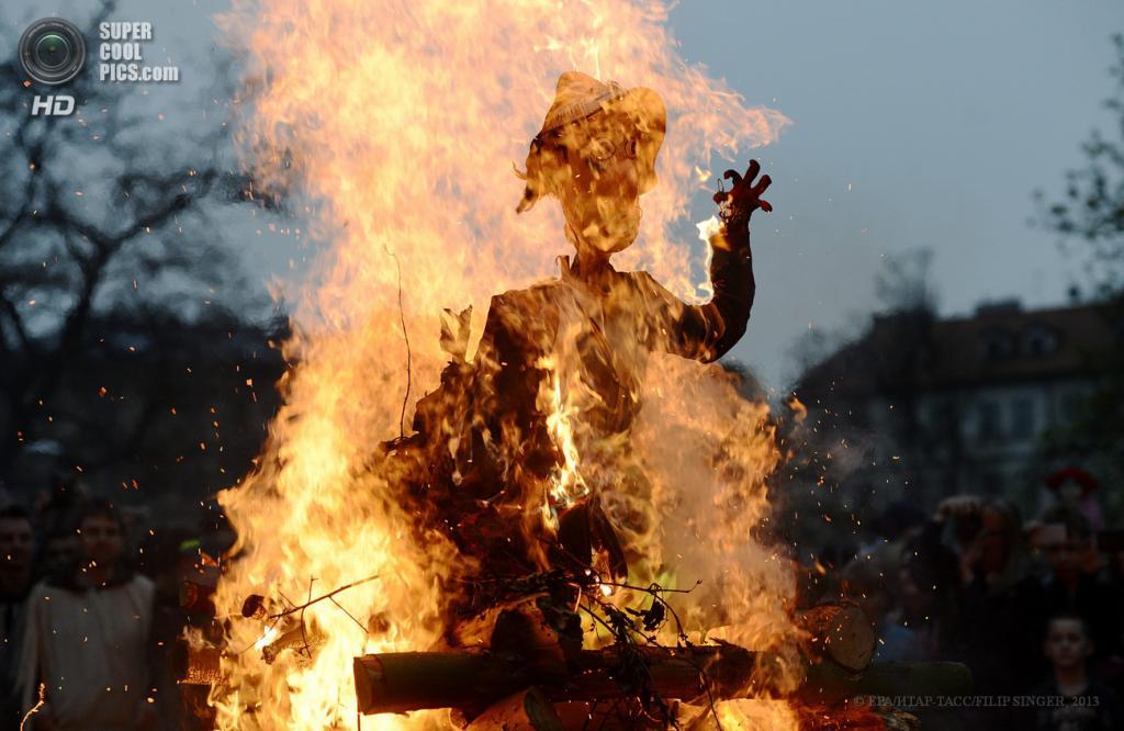 Чехия. Прага. 30 апреля. Сожжение соломенного чучела. (EPA/ИТАР-ТАСС/FILIP SINGER)