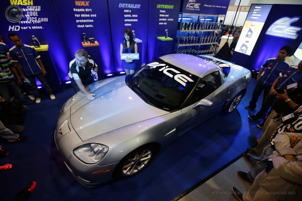 Филиппины. Манилы. 30 мая. Представитель австралийской компании Dermot Maconaghie демонстрирует, как нужно натирать Chevrolet Corvette Z06 2012 года выпуска на 22-м Манильском автосалоне. (EPA/ИТАР-ТАСС/DENNIS M. SABANGAN)