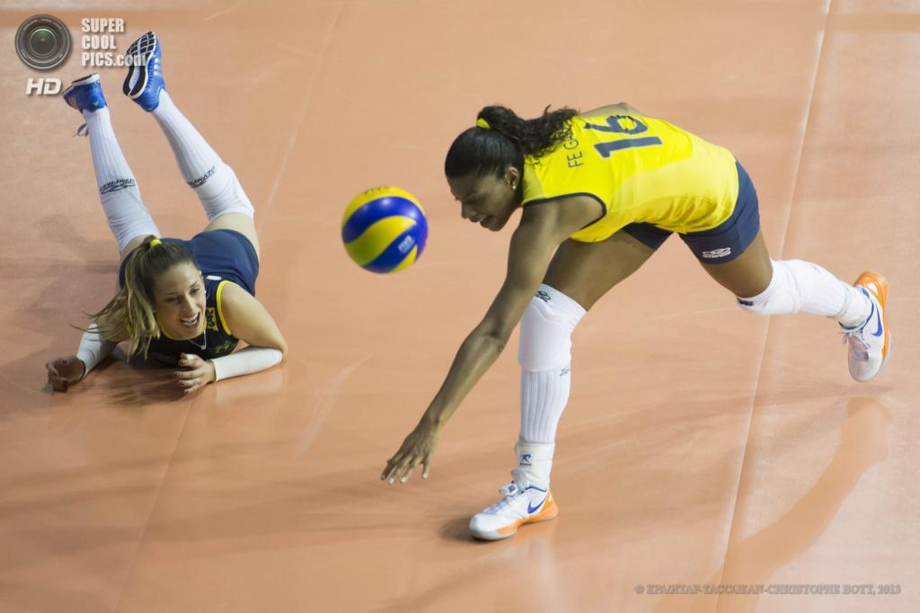 Швейцария. Монтре. 30 мая. Во время турнира по волейболу «Воллей Мастерс» между командами Бразилии и России. (EPA/ИТАР-ТАСС/JEAN-CHRISTOPHE BOTT)