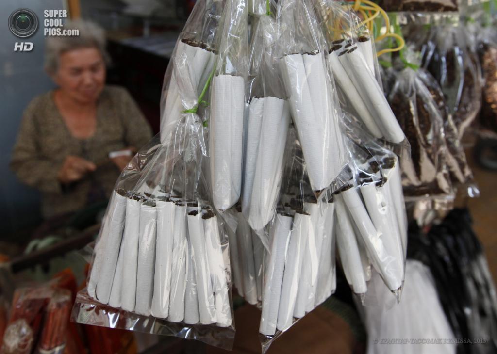 Камбоджа. Пномпень. 31 мая. Женщина изготавливает сигареты для продажи. (EPA/ИТАР-ТАСС/MAK REMISSA)