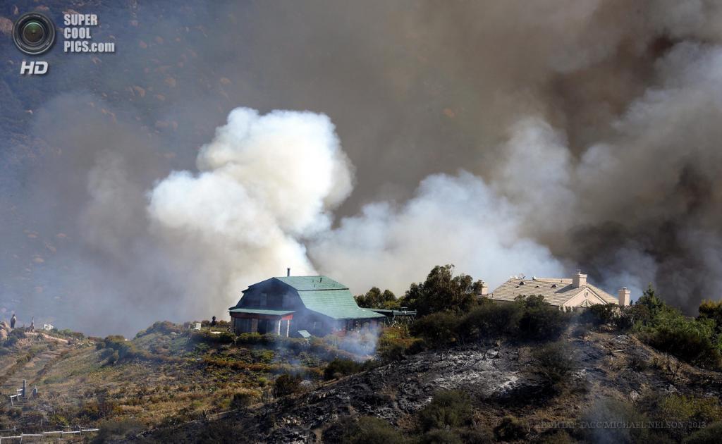 США. Пойнт-Мугу, Калифорния. 3 мая. Тушение лесного пожара, испепелившего 40 кв. км растительности. (EPA/ИТАР-ТАСС/MICHAEL NELSON)