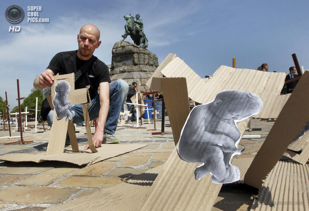 Украина. Киев. 3 мая. Акция против абортов на Софийской площади. (EPA/ИТАР-ТАСС/SERGEY DOLZHENKO)