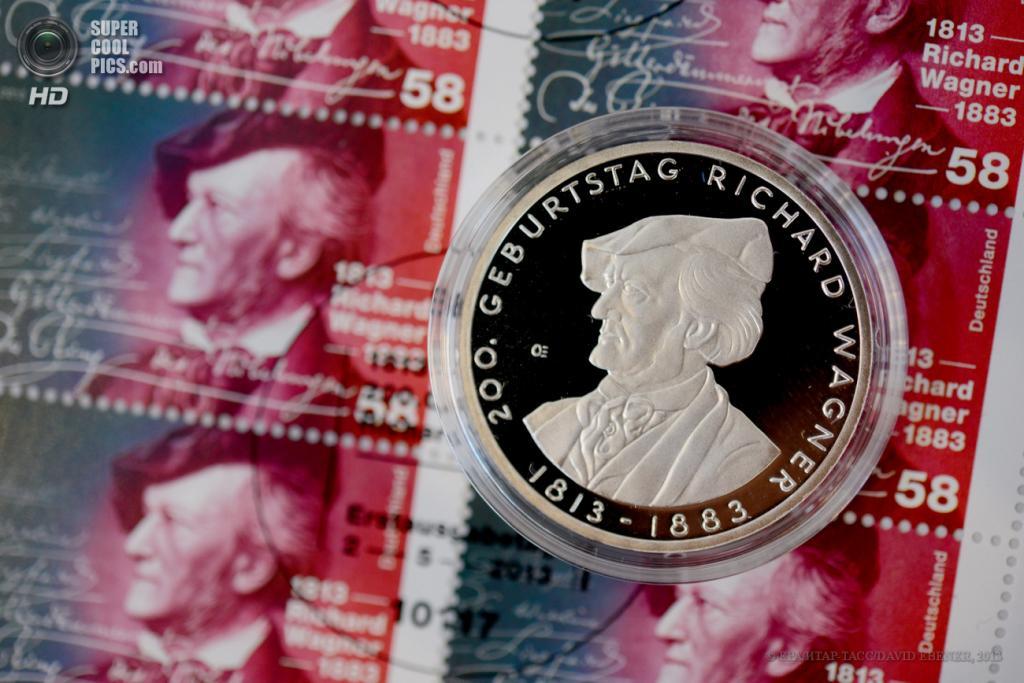 Германия. Байройт, Бавария. 6 мая. Презентация памятной монеты номиналом €10 по случаю 200 лет со дня рождения Рихарда Вагнера. (EPA/ИТАР-ТАСС/DAVID EBENER)