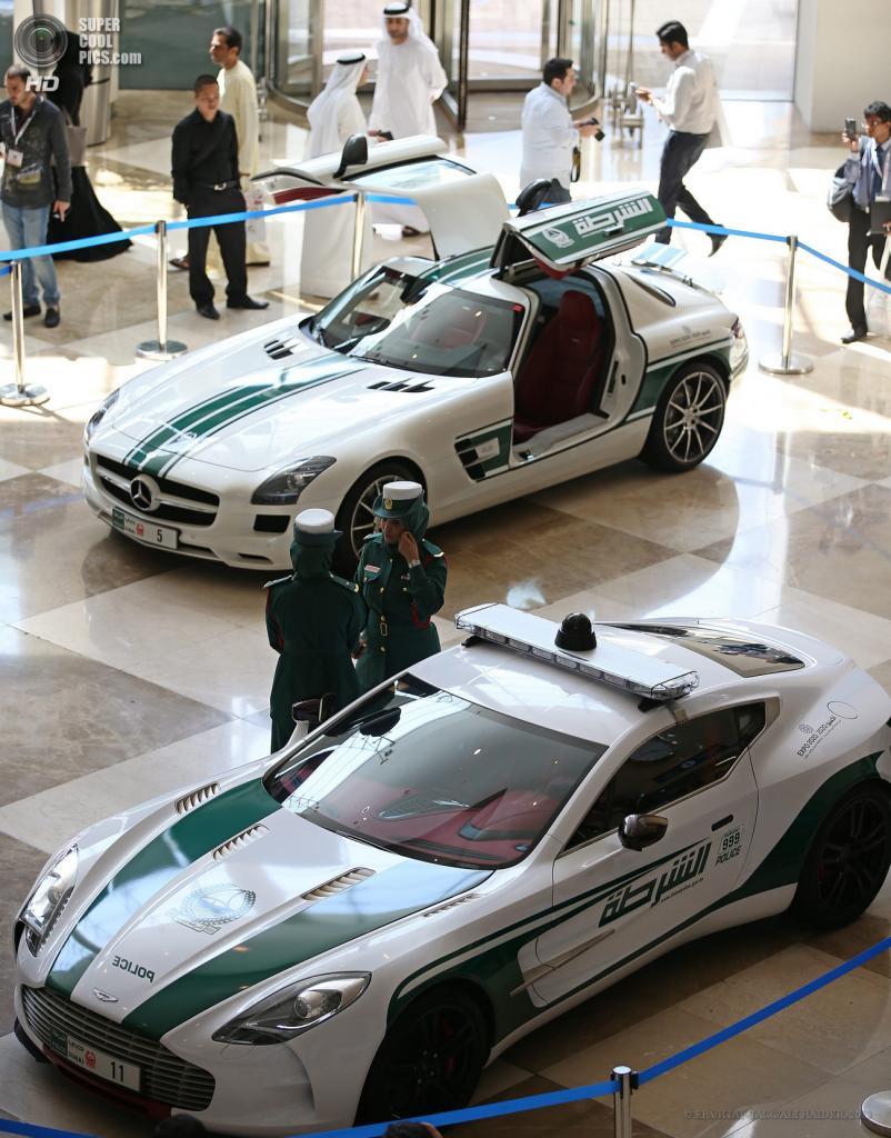 ОАЭ. Дубай. 7 мая. Mercedes-Benz SLS (на дальнем плане) и Aston Martin One-77 на автосалоне полицейских машин Дубая в рамках выставки Arabian Travel Market 2013. (EPA/ИТАР-ТАСС/ALI HAIDER)