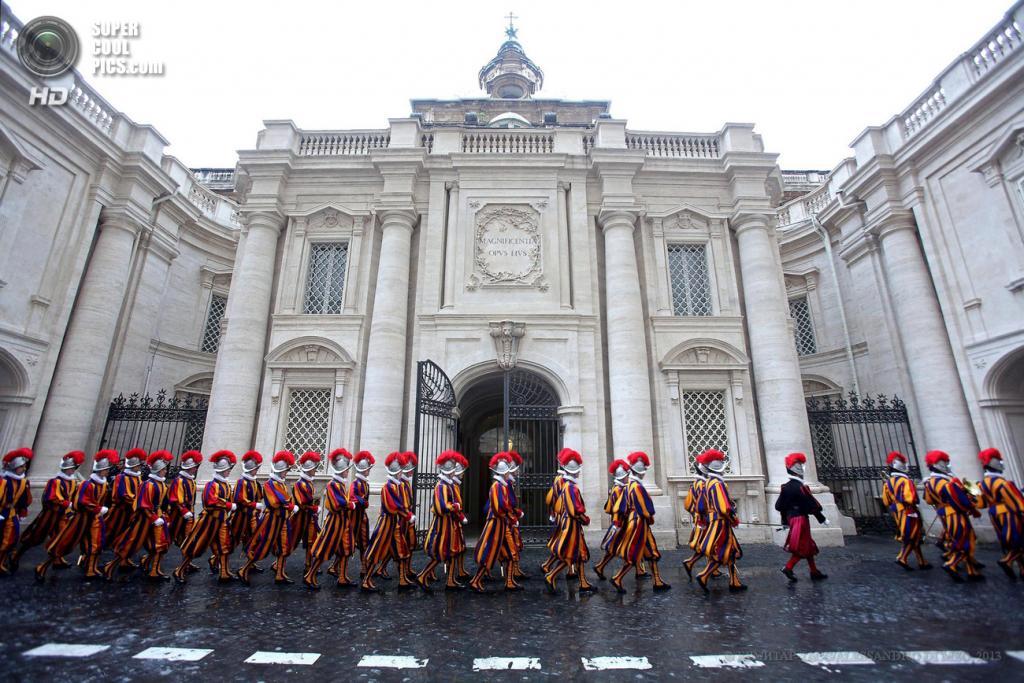 Ватикан. 6 мая. Швейцарские гвардейцы маршируют к площади Святого Петра. (EPA/ИТАР-ТАСС/ALESSANDRO DI MEO)