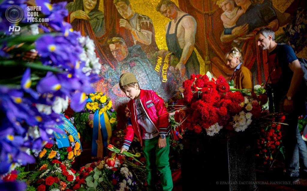 Германия. Берлин. 8 мая. Во время возложения цветов к памятнику советскому воину-освободителю по случаю 68-й годовщины окончания Второй мировой войны. (EPA/ИТАР-ТАСС/HANNIBAL HANSCHKE)