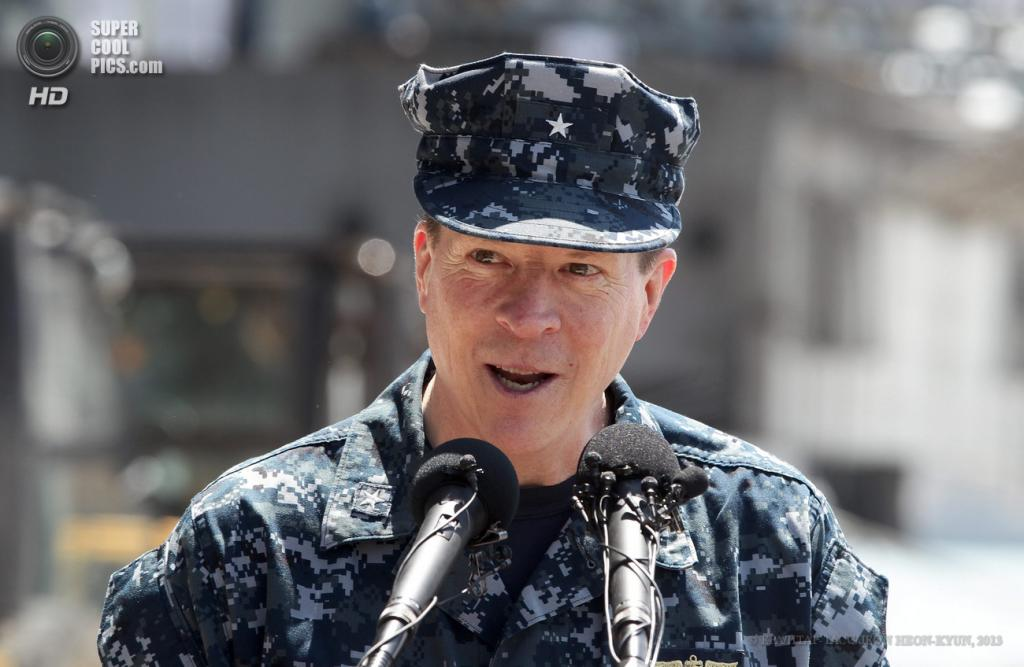 Южная Корея. Пусан. 13 мая. Командир ударной группы Nimitz контр-адмирал Майкл Уайт. (EPA/ИТАР-ТАСС/JEON HEON-KYUN)