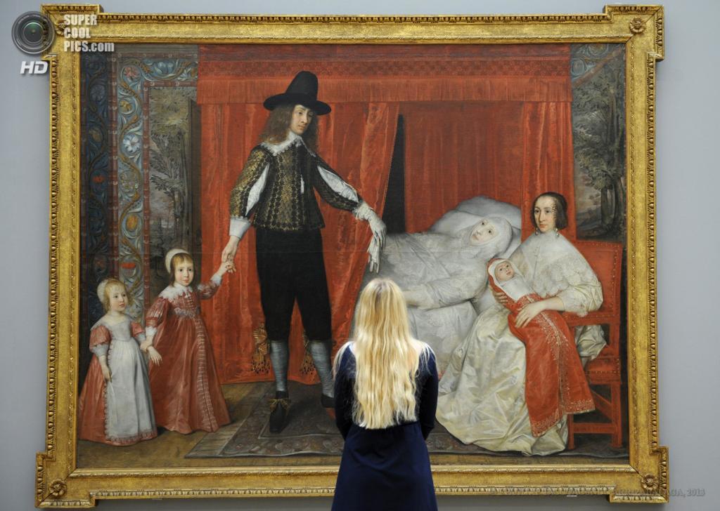 Великобритания. Лондон. 13 мая. Работница галереи у картины Дэвида дес Грангеса «The Saltonstall Family» на пресс-показе выставки «Walk Through British Art» в галерее Тейт-Британия. (EPA/ИТАР-ТАСС/FACUNDO ARRIZABALAGA)