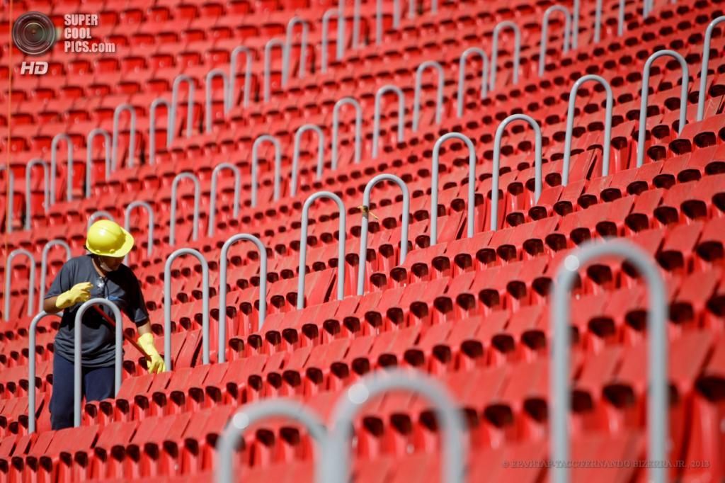 Бразилия. Бразилиа. 14 мая. Рабочий на Национальном стадионе. (EPA/FERNANDO BIZERRA JR.)