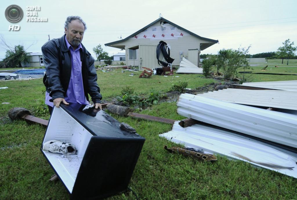 США. Гранбери, Техас. 15 мая. Устранение последствий торнадо. (EPA/ИТАР-ТАСС/RALPH LAUER)