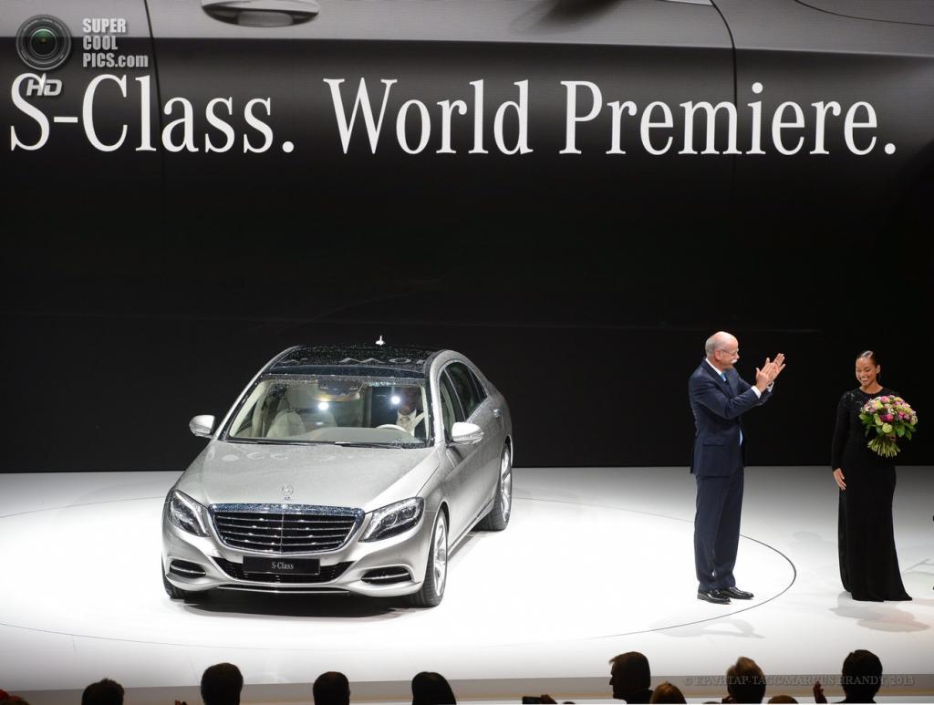 Германия. Гамбург. 15 мая. Председатель правления Daimler AG Дитер Цетше представляет новый седан Mercedes-Benz S-Class. (EPA/ИТАР-ТАСС/MARCUS BRANDT)