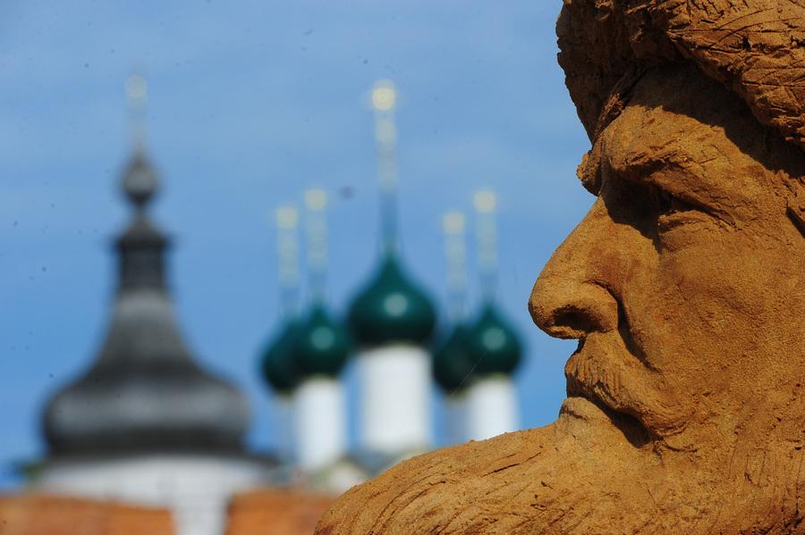 Выставка песчаных скульптур, посвященная 40-летию фильма «Иван Васильевич меняет профессию» (10 фото)