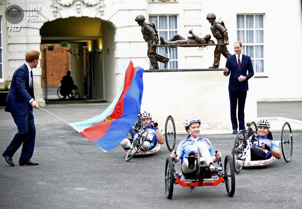 Великобритания. Эндовер, Англия. 20 мая. Принцы Уильям и Гарри во время церемонии открытия реабилитационного центра для британских военнослужащих «Help the Heros». (EPA/ИТАР-ТАСС/GERRY PENNY)