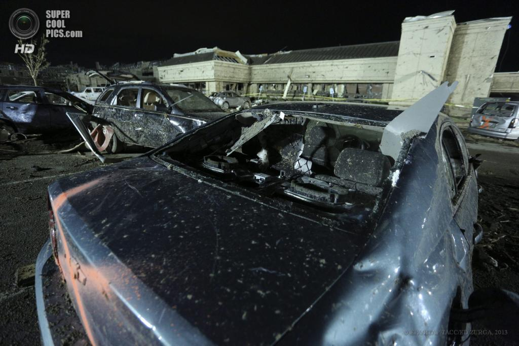 США. Мур, Оклахома. 21 мая. Последствия разрушительного торнадо. (EPA/ИТАР-ТАСС/ED ZURGA)