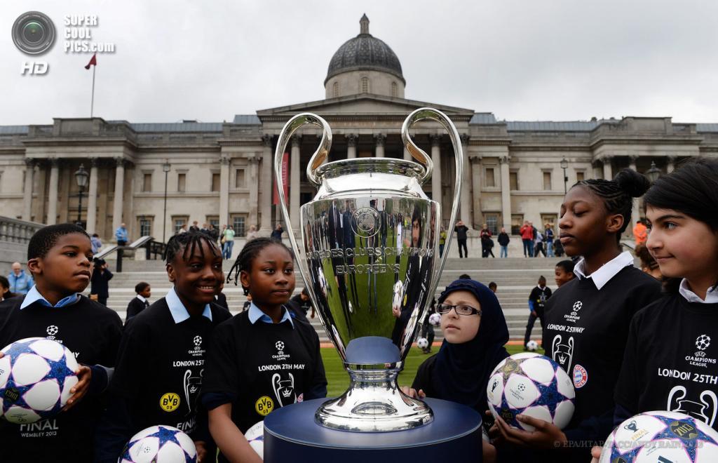 Великобритания. Лондон. 22 мая. Трофей Лиги чемпионов УЕФА на Трафальгарской площади. (EPA/ИТАР-ТАСС/ANDY RAIN)