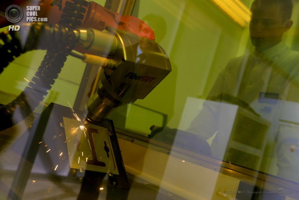 Россия. Москва. 24 мая. Лазерная резка металлов в Национальном исследовательском ядерном университете «МИФИ». (ИТАР-ТАСС/Валерий Шарифулин)
