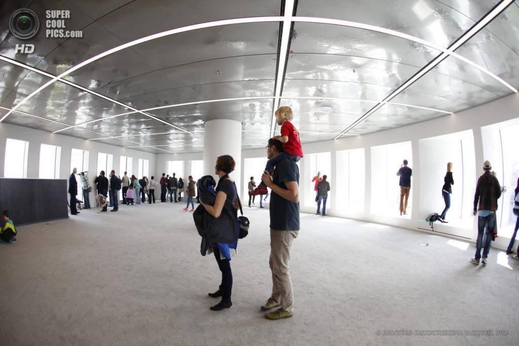 Германия. Франкфурт-на-Майне, Гессен. 25 мая. Посетители на обзорной площадке башен-близнецов Deutsche Bank во время Фестиваля небоскребов. (EPA/ИТАР-ТАСС/CRISTINA VAZQUEZ)
