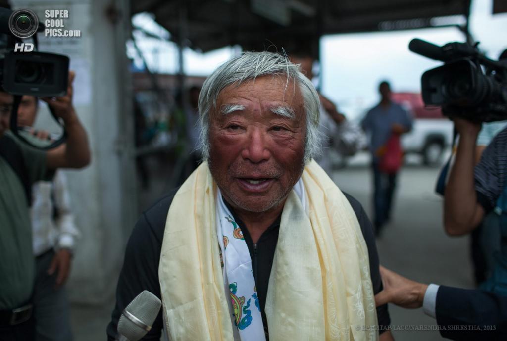 Непал. Катманду. 80-летний японец Юитиро Миура дает интервью местным журналистам. (EPA/ИТАР-ТАСС/NARENDRA SHRESTHA)