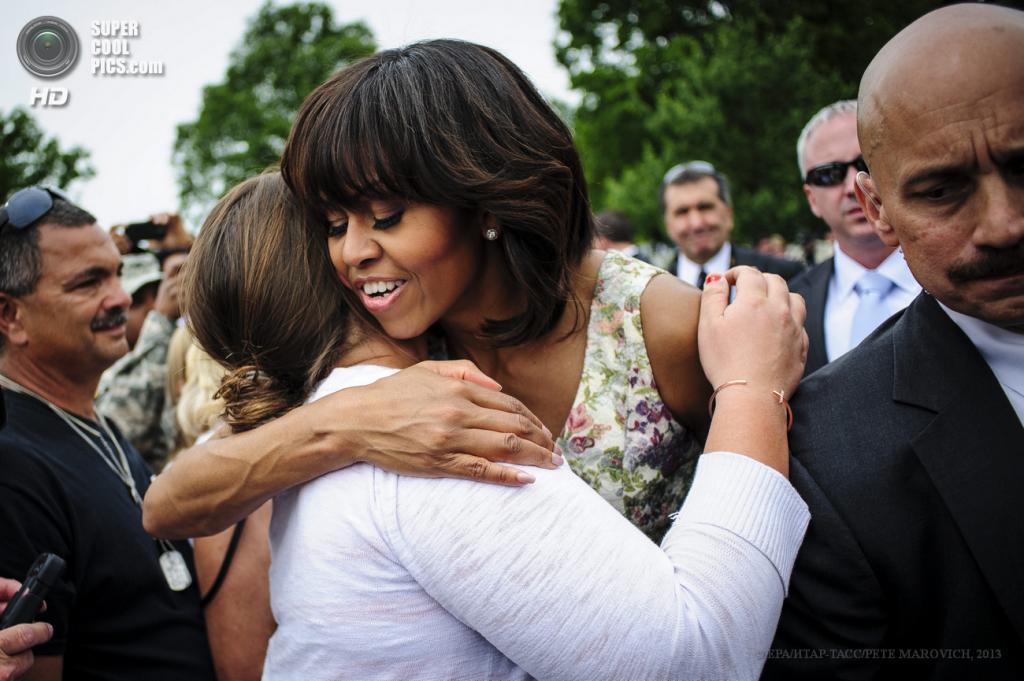 США. Вашингтон. 28 мая. Мишель Обама на Арлингтонском национальном кладбище в День поминовения. (EPA/ИТАР-ТАСС/PETE MAROVICH)