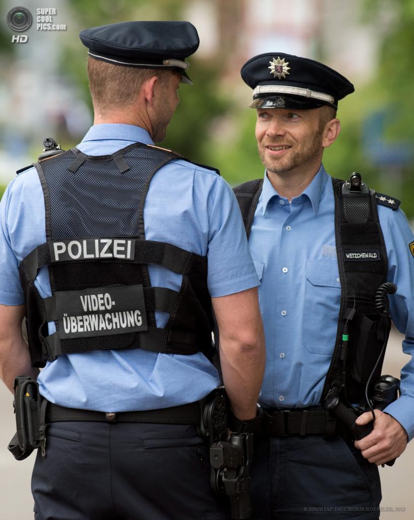 Германия. Франкфурт-на-Майне, Гессен. 27 мая. Презентация компактных камер Bodycam на плечах полицейских. (EPA/ИТАР-ТАСС/BORIS ROESSLER)