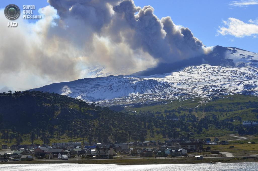 Аргентина. Неукен. 23 декабря 2012 года. Извержение вулкана Копауэ. (REUTERS/HANDOUT)