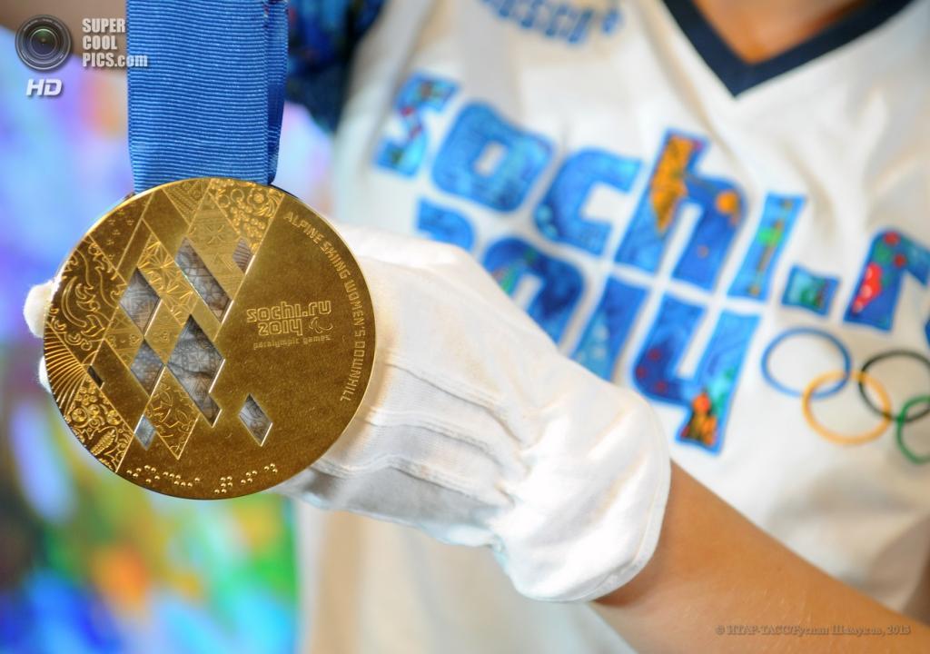 Россия. Санкт-Петербург. 30 мая. Золотая медаль на презентации комплекта медалей Олимпийских и Паралимпийских игр 2014. (ИТАР-ТАСС/Руслан Шамуков)