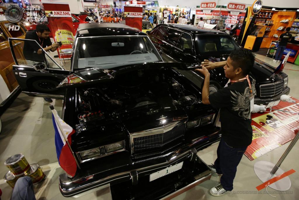 Филиппины. Манилы. 30 мая. Рабочие натирают лимузин Lincoln Continental, принадлежавший Фердинанду Маркосу, на 22-м Манильском автосалоне. (EPA/ИТАР-ТАСС/DENNIS M. SABANGAN)