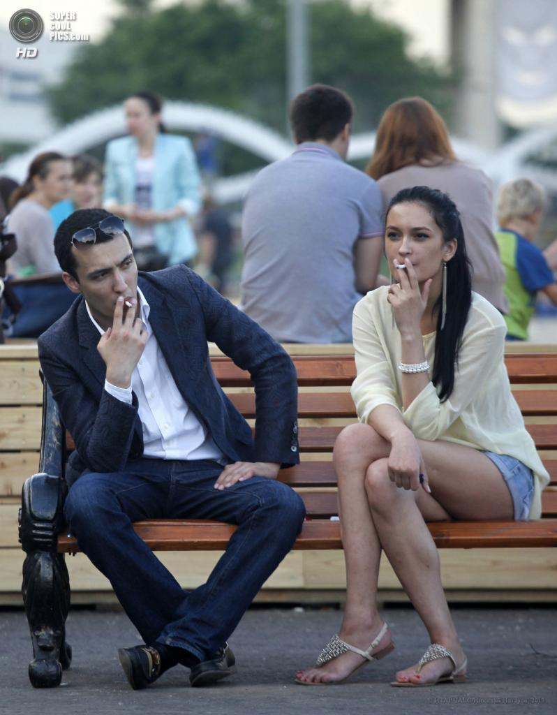 Россия. Москва. 30 мая. Курение в общественных местах. (ИТАР-ТАСС/Николай Назаров)
