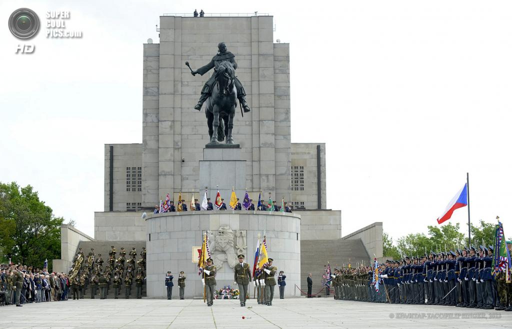 Чехия. Прага. 8 мая. Во время торжественной церемонии по случаю 68-й годовщины окончания Второй мировой войны. (EPA/ИТАР-ТАСС/FILIP SINGER)